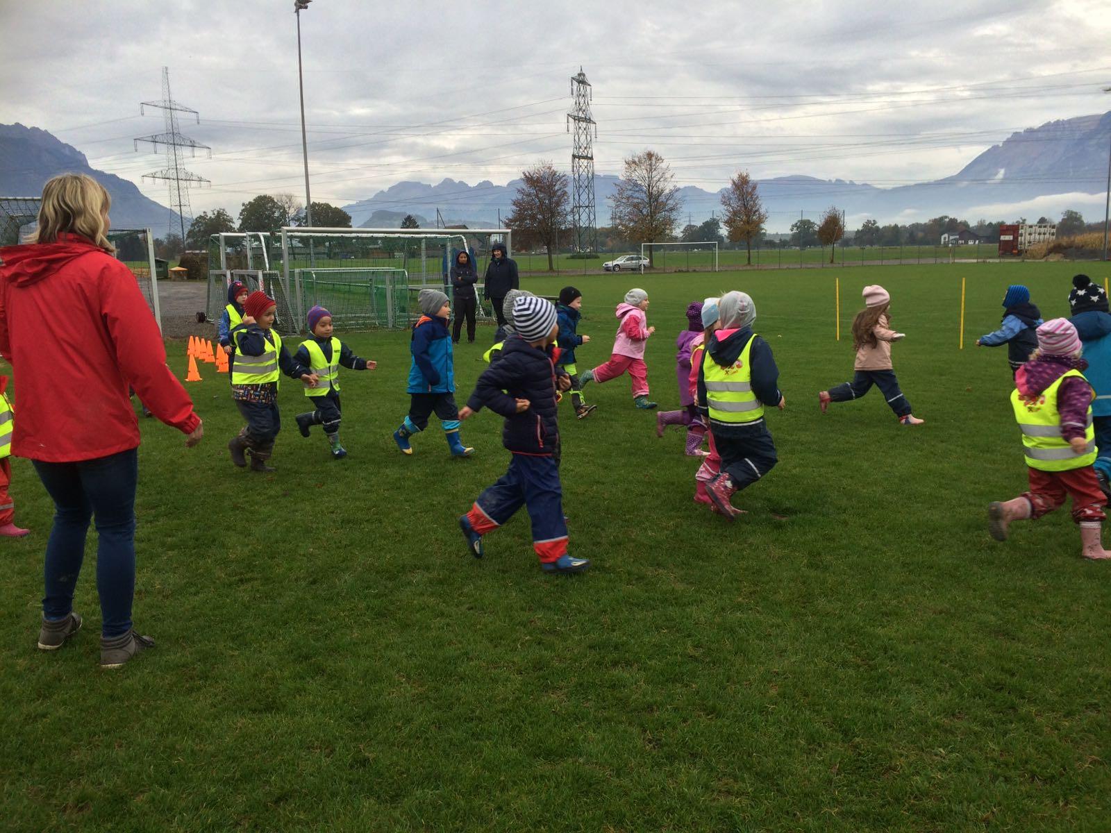 161025 SKB Kindergartentag Sportplatz Fotos v Heike GUEM (15).jpg