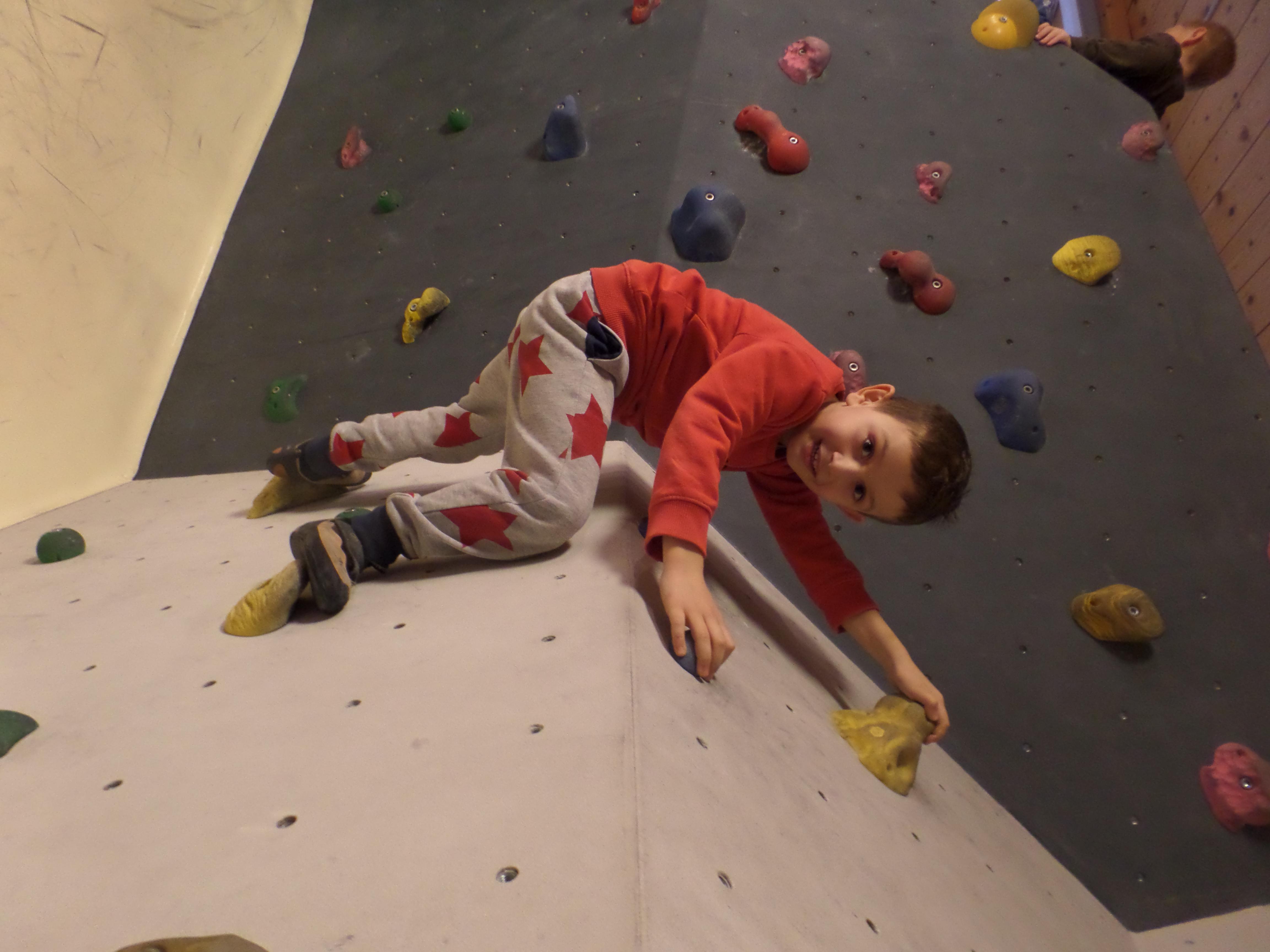 Kind klettert .JPG